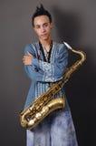Giovane musicista con il sassofono Fotografia Stock Libera da Diritti