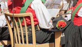 Giovane musicista in costume tipico durante la celebrazione locale di autunno in Val di Funes South Tyrol fotografia stock