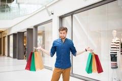 Giovane nel centro commerciale immagine stock