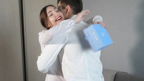 Giovane nel dare il contenitore di regalo del biglietto di S. Valentino alla sua amica stock footage
