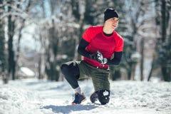 Giovane nell'esercizio facente solo di usura sportiva prima di correre Fotografia Stock Libera da Diritti