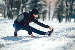 Giovane nell'esercizio facente solo di usura sportiva prima di correre Fotografia Stock