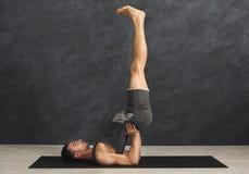 Giovane nella classe di yoga che fa il supporto della spalla Fotografie Stock Libere da Diritti