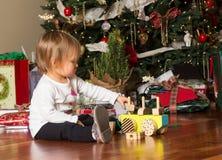 Giovane neonata caucasica che gioca con i presente al natale Fotografie Stock Libere da Diritti