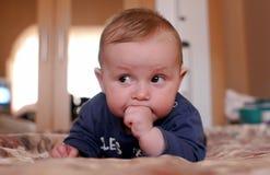 Giovane neonato sveglio fotografia stock libera da diritti