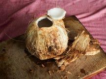 Giovane noce di cocco aperta sul tagliere di legno Immagine Stock Libera da Diritti
