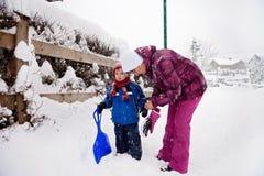 Giovane nonna e suo piccolo il nipote del bambino, giocanti in Th Immagine Stock