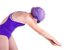 Giovane nuotatore competitivo nella posa di tuffo Fotografie Stock Libere da Diritti