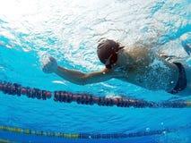 Giovane nuotatore in stagno Immagini Stock Libere da Diritti