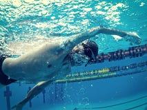 Giovane nuotatore in stagno immagine stock
