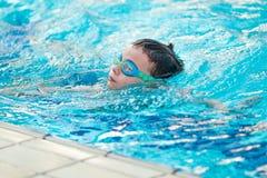 Giovane nuoto del campione nello stagno Immagini Stock Libere da Diritti