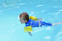 Giovane nuoto del ragazzo Fotografia Stock Libera da Diritti