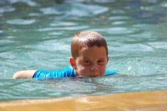 Giovane nuoto del ragazzo Fotografie Stock Libere da Diritti