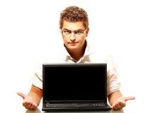 Giovane operaio che presenta un computer portatile fotografia stock libera da diritti
