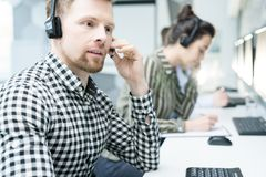 Giovane operatore del servizio clienti immagini stock