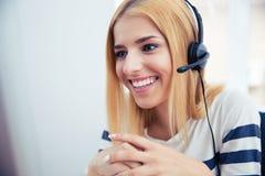 Giovane operatore femminile felice in cuffie immagine stock