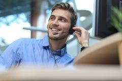 Giovane operatore maschio bello amichevole sorridente di call-center Immagine Stock