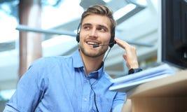 Giovane operatore maschio bello amichevole sorridente di call-center Fotografie Stock Libere da Diritti