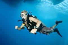 Giovane operatore subacqueo di scuba fotografia stock