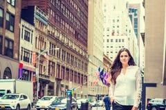 Giovane orientale - donna europea con capelli neri lunghi, viaggianti dentro Fotografia Stock Libera da Diritti