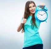 Giovane orologio sorridente della tenuta della donna. Bello ritratto sorridente della ragazza Fotografia Stock Libera da Diritti