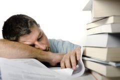 Giovane Overwhelmed che dorme sopra un mucchio dei libri Fotografia Stock Libera da Diritti