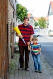 Giovane padre che prende bambino, ragazzo del bambino alla scuola il suo primo giorno Fotografie Stock Libere da Diritti