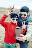 Giovane padre con suo figlio divertendosi fuori nel giacimento di primavera, famiglia felice che sorride, la gente di stile di vi fotografia stock libera da diritti
