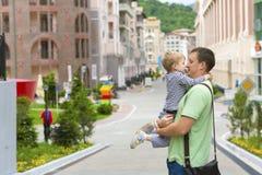 Giovane padre con suo figlio su una passeggiata Immagine Stock