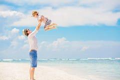 Giovane padre felice che gioca con il suo piccolo figlio immagine stock libera da diritti