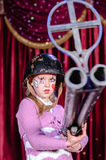 Giovane pagliaccio femminile in casco che tende grande fucile Fotografie Stock Libere da Diritti