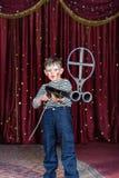 Giovane pagliaccio maschio Aiming Large Rifle in scena Fotografie Stock Libere da Diritti