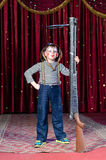 Giovane pagliaccio maschio Holding Large Rifle in scena Immagine Stock