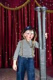 Giovane pagliaccio maschio Holding Large Rifle in scena Immagine Stock Libera da Diritti