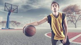 Giovane pallacanestro di gioco Fotografia Stock Libera da Diritti
