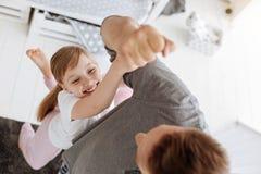 Giovane papà adatto che tiene il suo bambino su con un braccio immagini stock