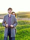 Giovane parco felice delle coppie in primavera. Famiglia all'aperto Fotografia Stock