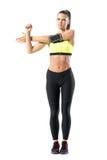 Giovane pareggiatore femminile che si scalda facendo esercizio della spalla mentre allungando braccio Immagini Stock Libere da Diritti