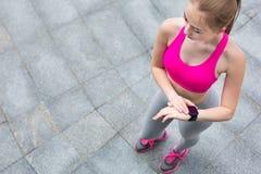 Giovane pareggiatore femminile con smartwatch Fotografia Stock