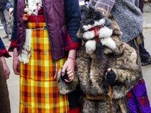 Giovane partecipante agghindato non identificato al festival Presponedelnik di Kukeri in Shiroka Laka, Bulgaria fotografia stock