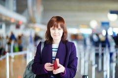 Giovane passeggero femminile al contatore di registrazione Immagine Stock