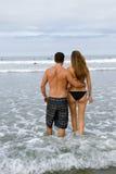 Giovane passeggiata delle coppie nell'oceano Immagini Stock