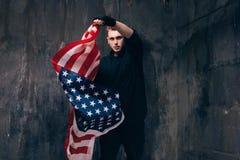 Giovane patriota di U.S.A. con la bandiera americana di volo Fotografie Stock