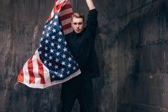Giovane patriota di U.S.A. con la bandiera nazionale di volo Fotografia Stock Libera da Diritti