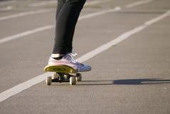 Giovane pattino di guida del skateboarder allo stadio della città Fotografia Stock