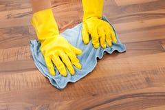 Giovane pavimento di pulizia della domestica immagini stock libere da diritti