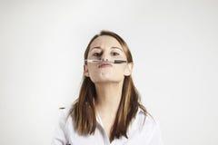 Giovane penna di holding della donna di affari con il suo radiatore anteriore Fotografia Stock