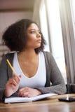 Giovane pensiero afroamericano della donna Immagini Stock Libere da Diritti