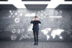 Giovane pensiero dell'uomo d'affari Immagine Stock Libera da Diritti