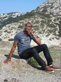 Giovane pensiero dell'uomo di colore, esterno Fotografia Stock